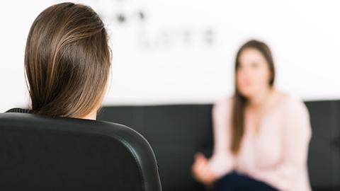 Zwei Frauen in einer Beratungssituation. (Link zum Bereich Informationen über Beratung)