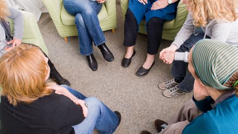 Eine Gruppe Frauen sitzt im Kreis und bespricht sich. (Link zu Informationen über Gruppenangebote)