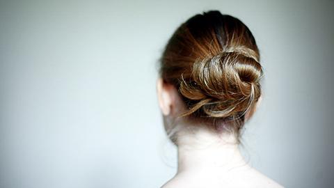 Ansicht des Kopfes einer Frau von hinten. (Link zum Bereich Informationen über Gewalt gegen Frauen)