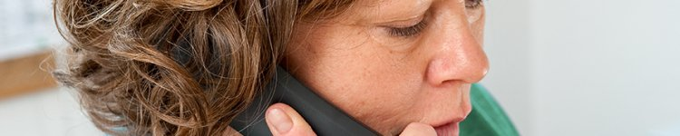 Eine Frau führt ein Telefongespräch.