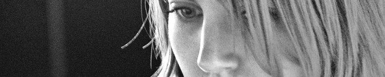 Eine Frau blickt auf einen Monitor.