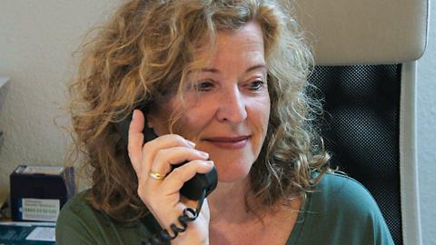 Eine Frau führt ein Telefongespräch. (Link zu Informationen über telefonische Beratung)