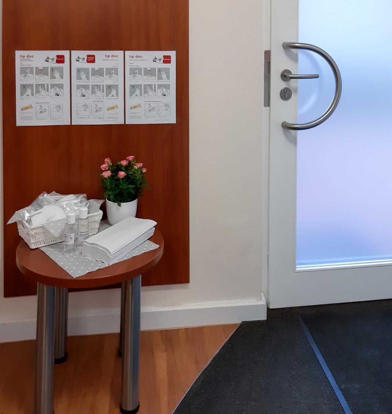 Eingang der Beratungsstelle Preetz mit bereitgestellter Desinfektion