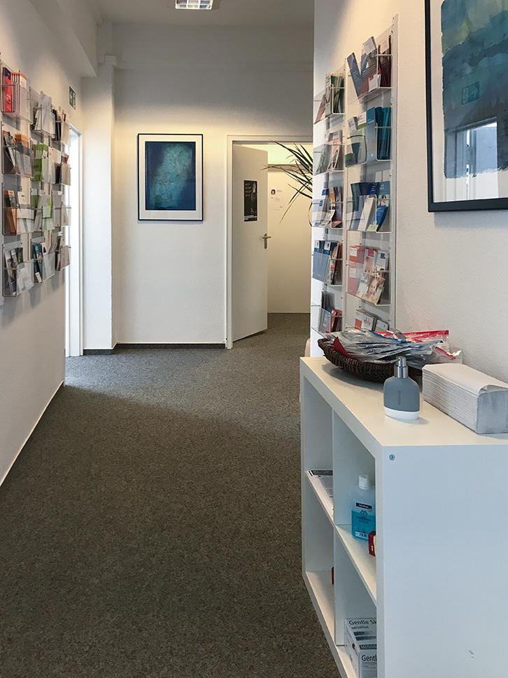 Eingang der Beratungsstelle Kiel mit bereitgestellter Desinfektion